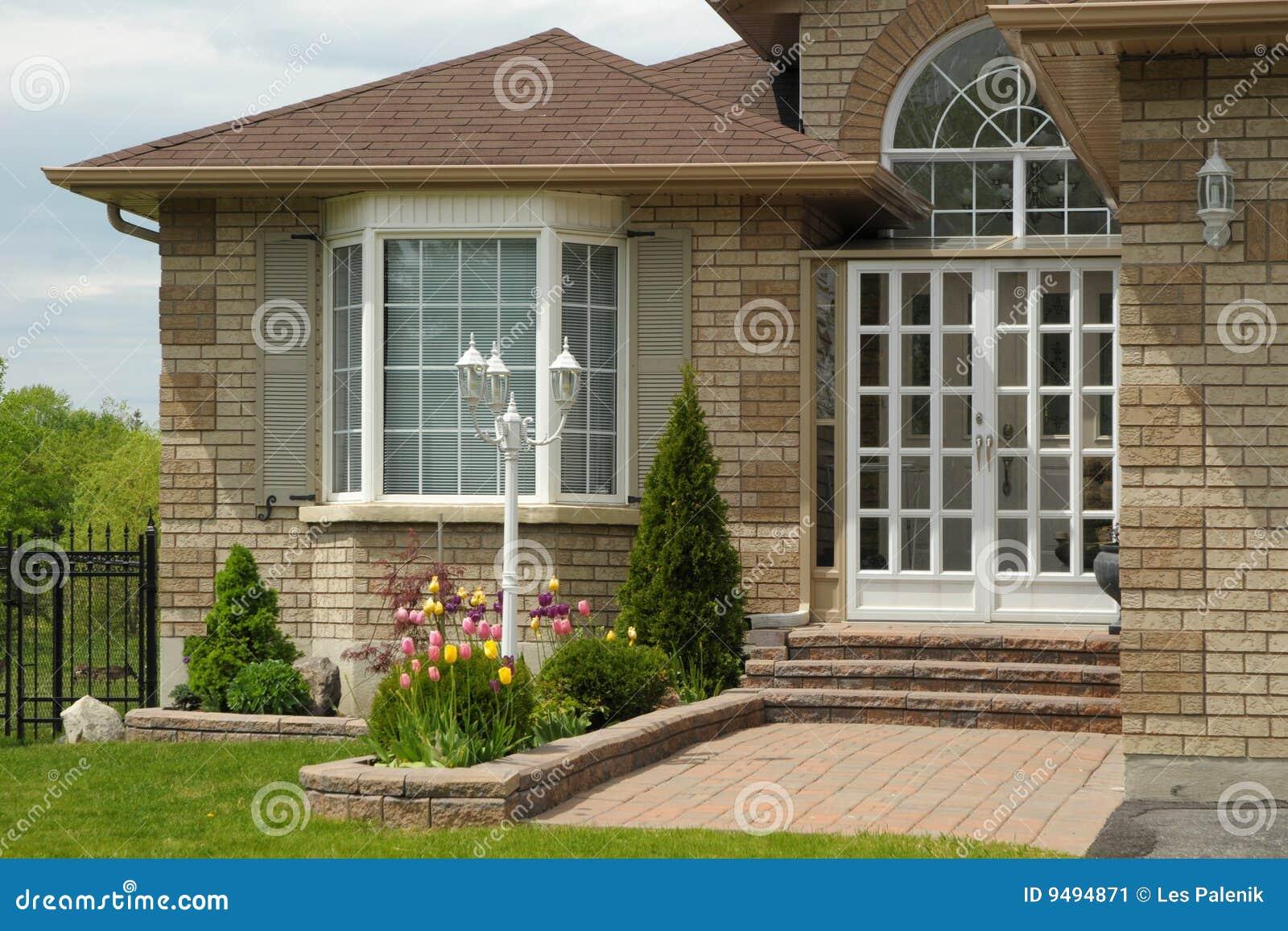 Entrada a una casa moderna de la familia imagen de archivo for Puertas de entrada de casas modernas