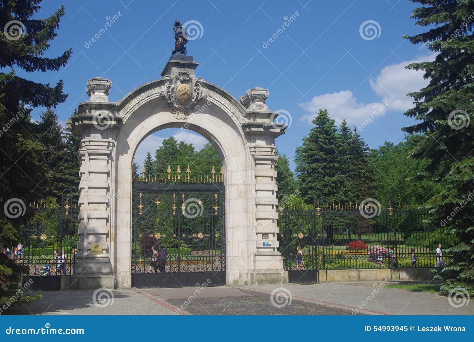 Entrance gates to the silesian zoological garden editorial for Amaru en la puerta de un jardin