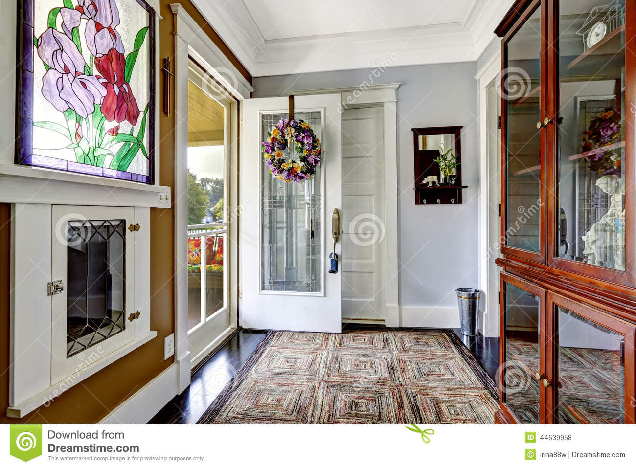 Entrance hallway interior in old american house stock - Photo de charme en couleur ...