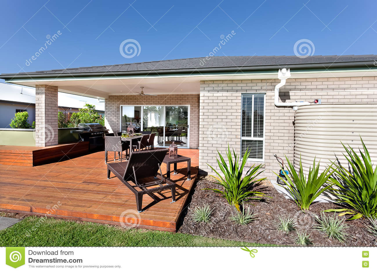 Entrata all 39 aperto e la facciata di legno di una casa - Facciata di una casa ...