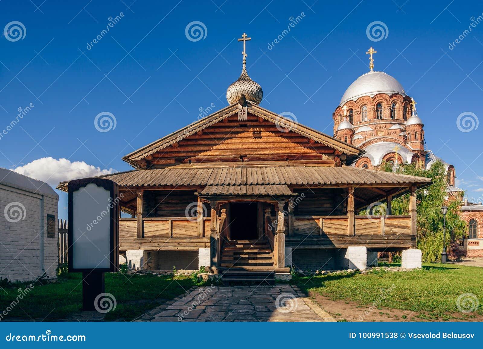 Entrata alla chiesa di trinità santa in Sviyazhsk