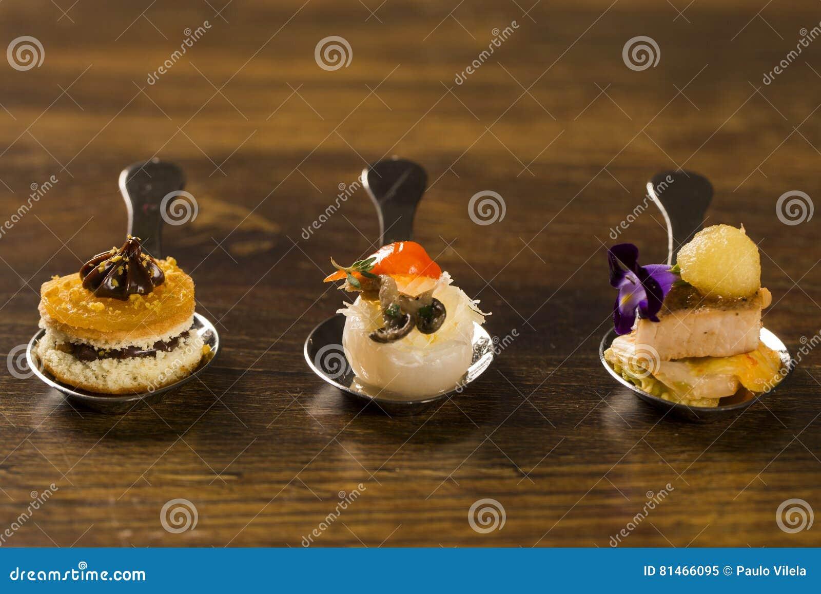 Entrata, antipasto e dessert di cibo da mangiare con le mani in un cucchiaio Gastr di gusto