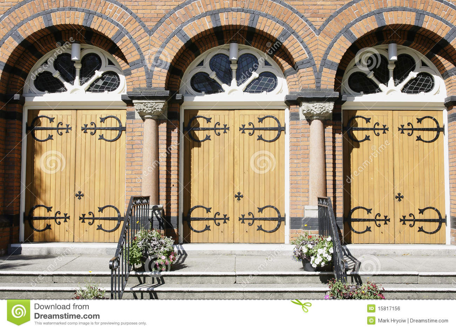 Entrata dei portelli della chiesa