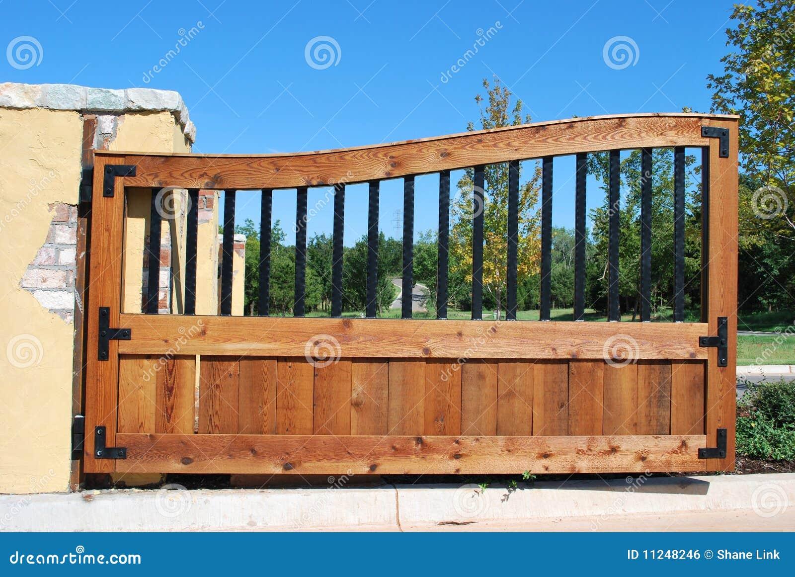 Entrata Del Cancello Del Ferro E Di Legno. Immagine Stock Libera da Diritti - Immagine: 11248246