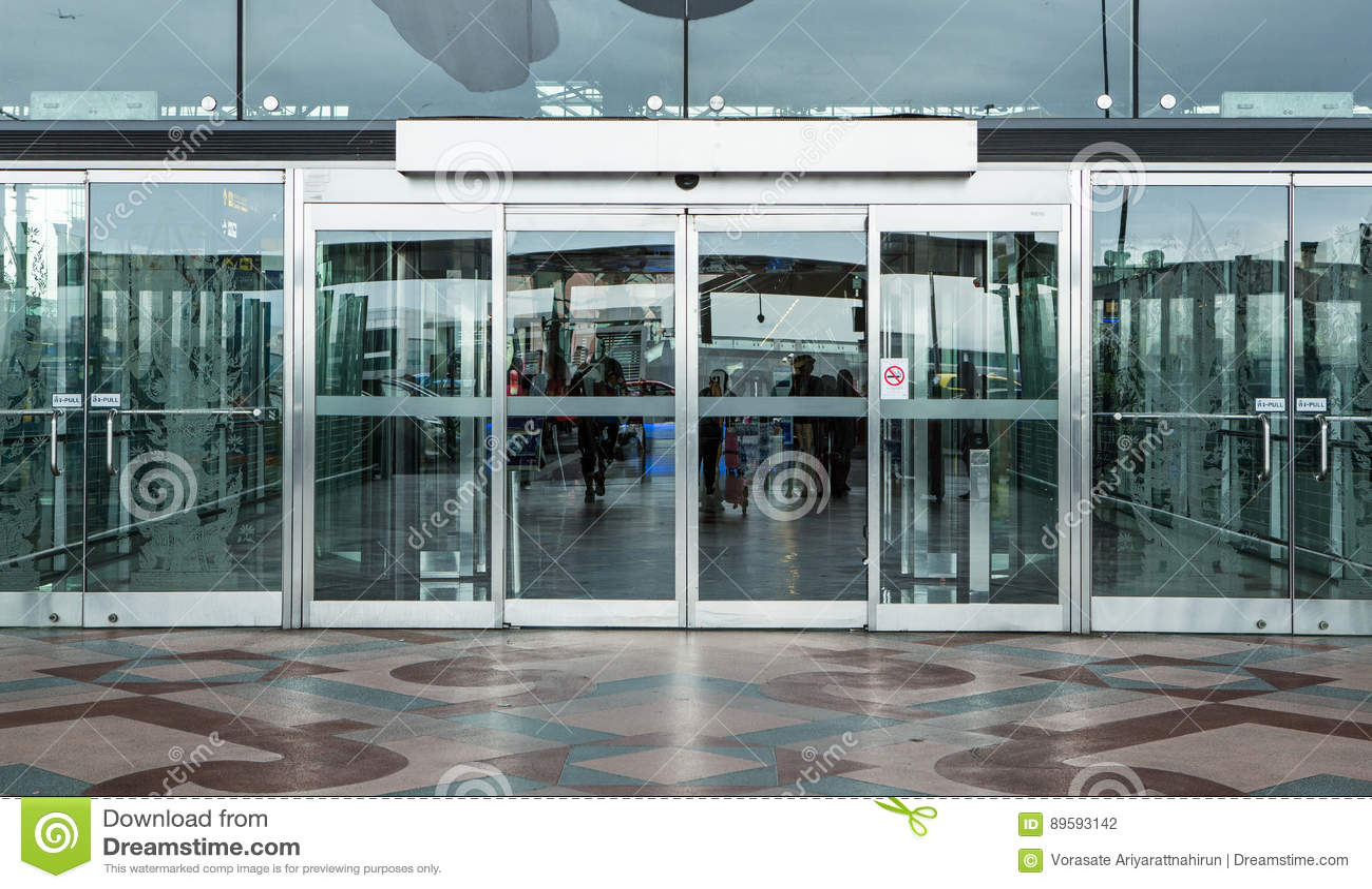Entrata Del Portone Del Terminal E Porta Di Vetro Automatica ...