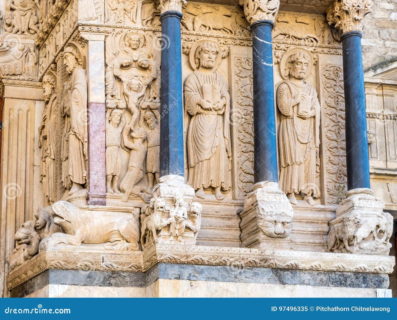 Entrata della chiesa di StTrophime in Arles, Francia