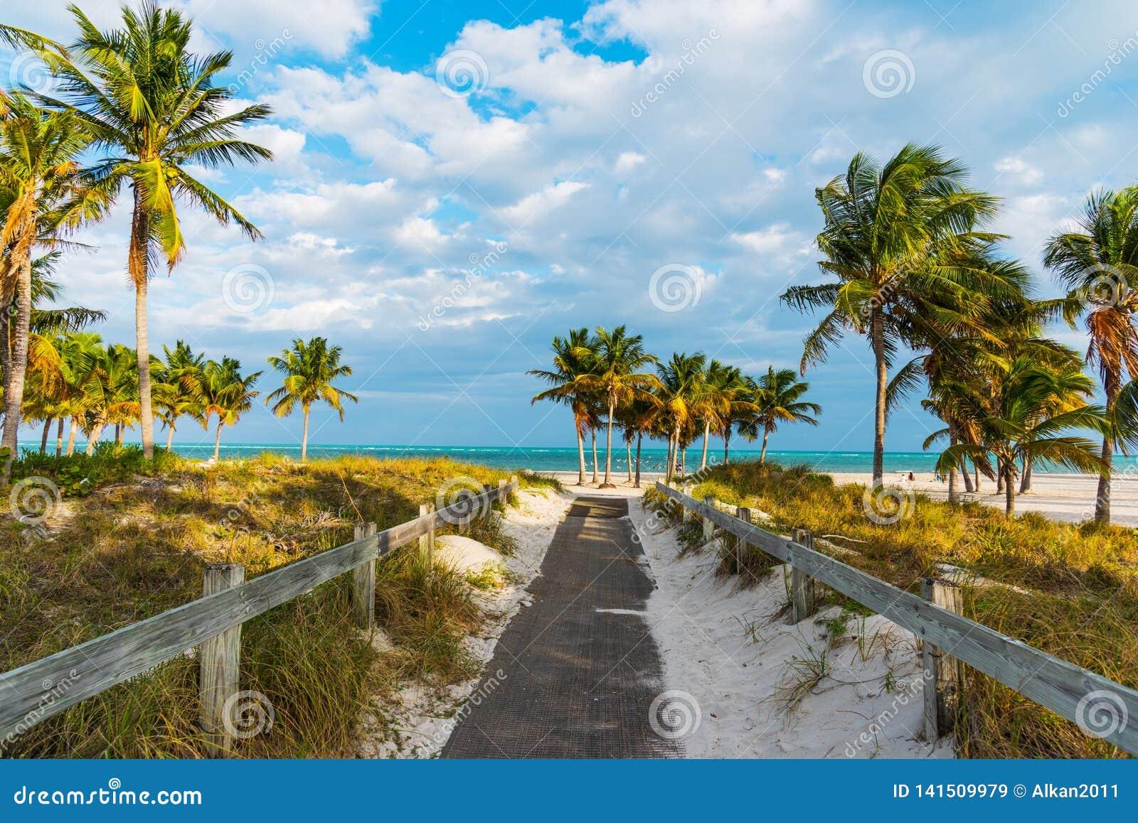 Entrata della spiaggia nel parco di Crandon a Key Biscayne