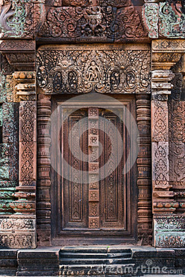 Download Entrata di Banteay Srei fotografia stock. Immagine di muschio - 36879256