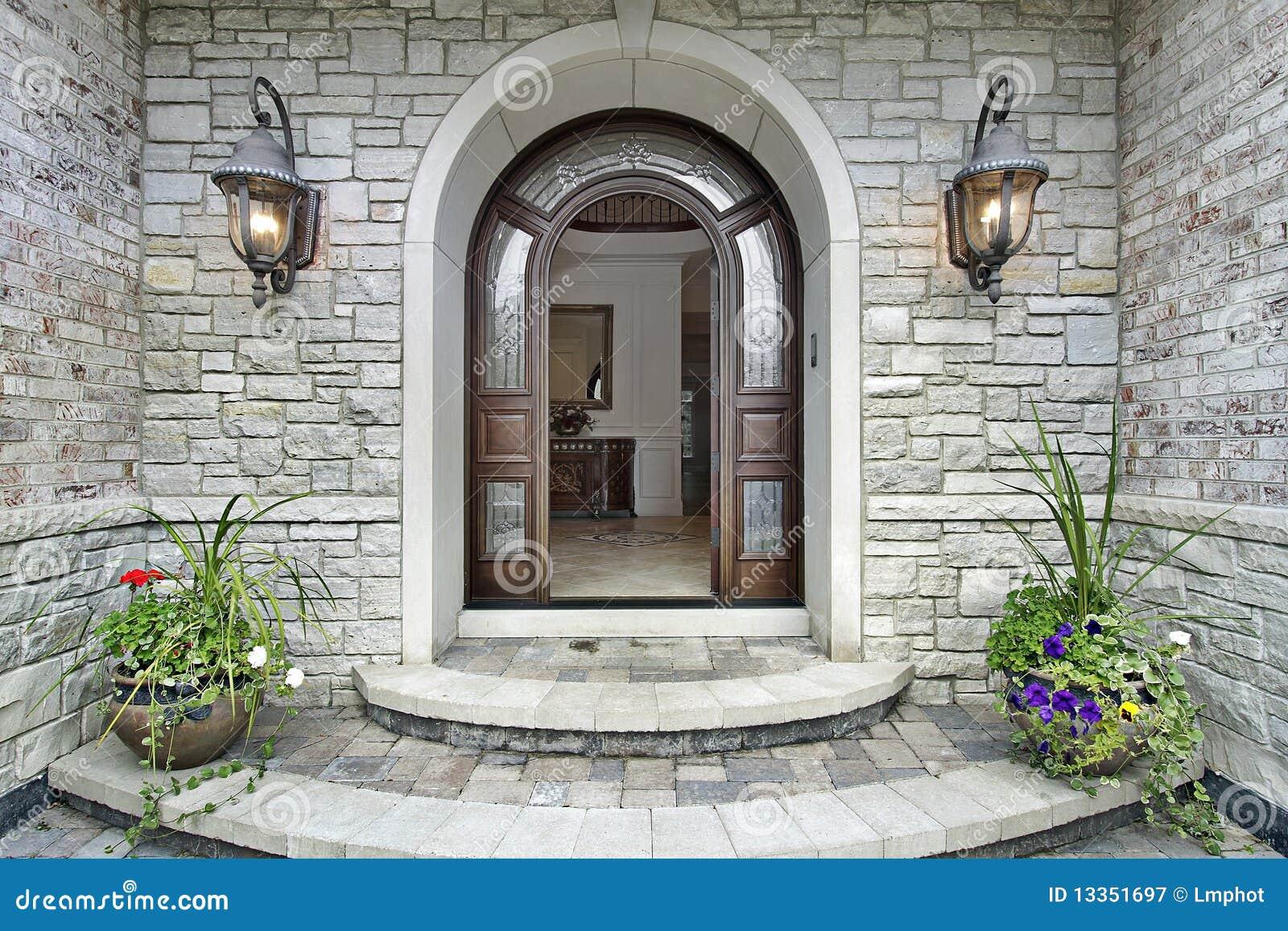 Ingresso Casa Esterno In Pietra entrata di pietra incurvata alla casa di lusso immagine