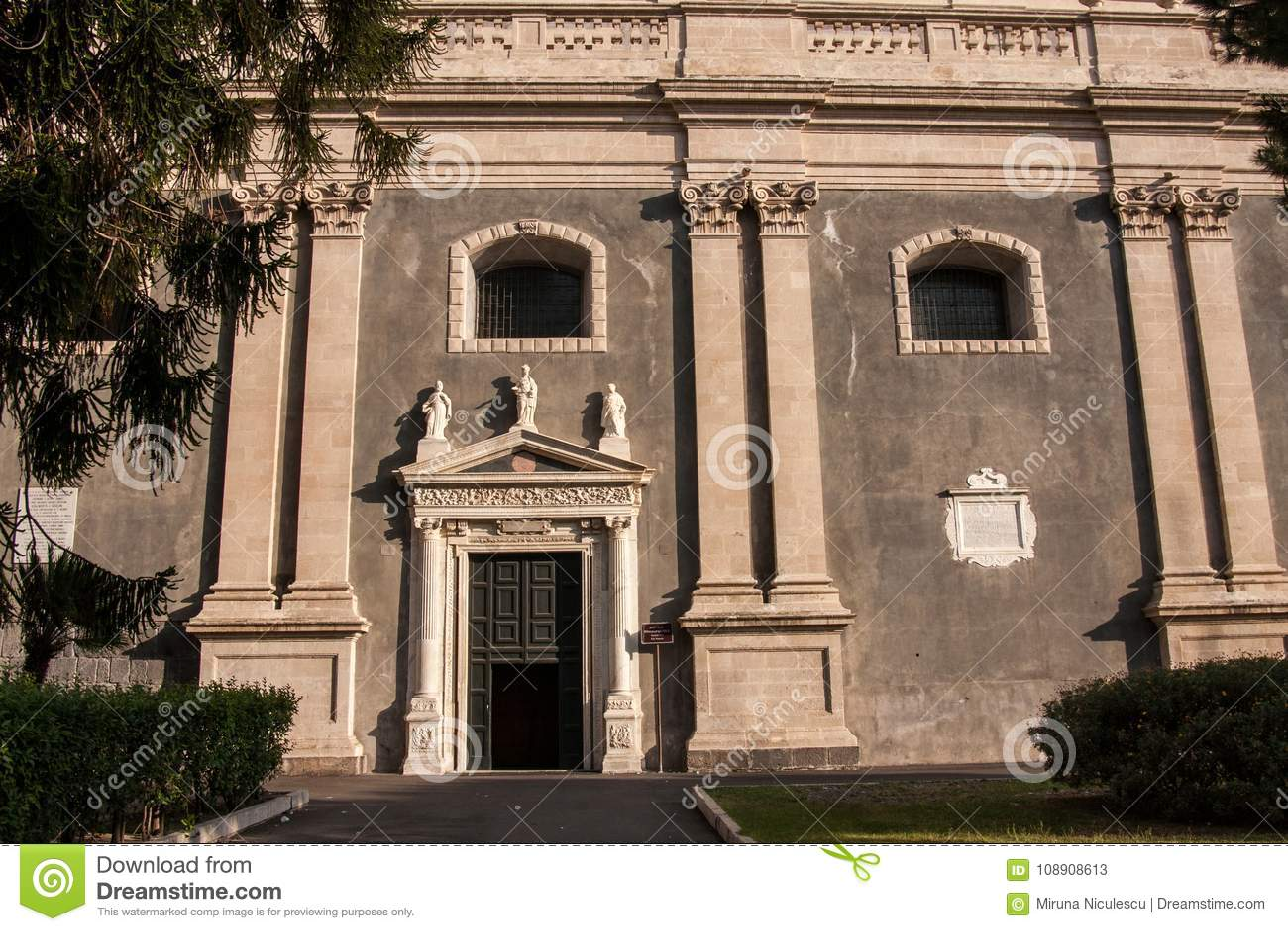 Entrata laterale alla cattedrale Santa Agatha, Catania, Sicilia