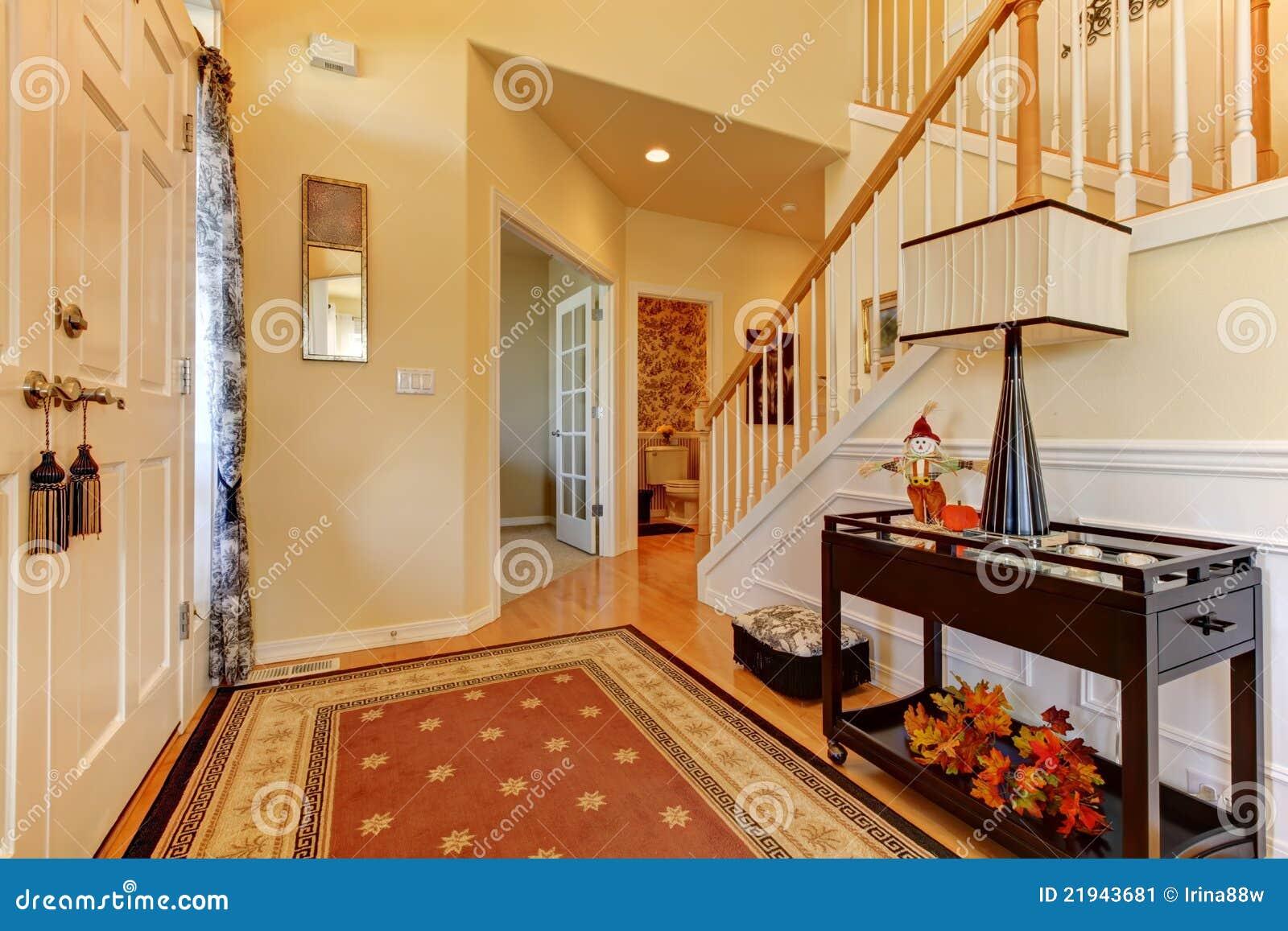 entr e de vestibule avec l 39 escalier blanc image stock image 21943681. Black Bedroom Furniture Sets. Home Design Ideas