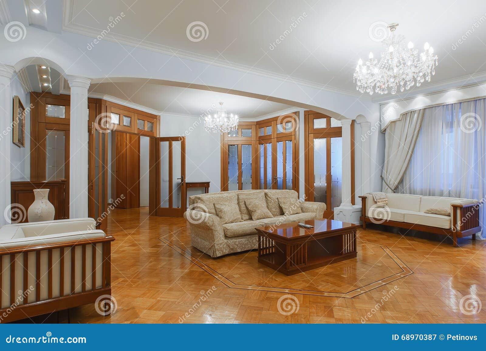 Entrée à la maison avec le plancher en bois Nouvel intérieur de luxe de Photographie stock