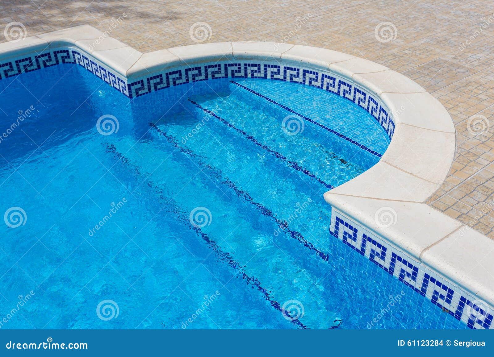 Entr e la piscine du marbre tuiles avec de l 39 eau clair for Piscine destock
