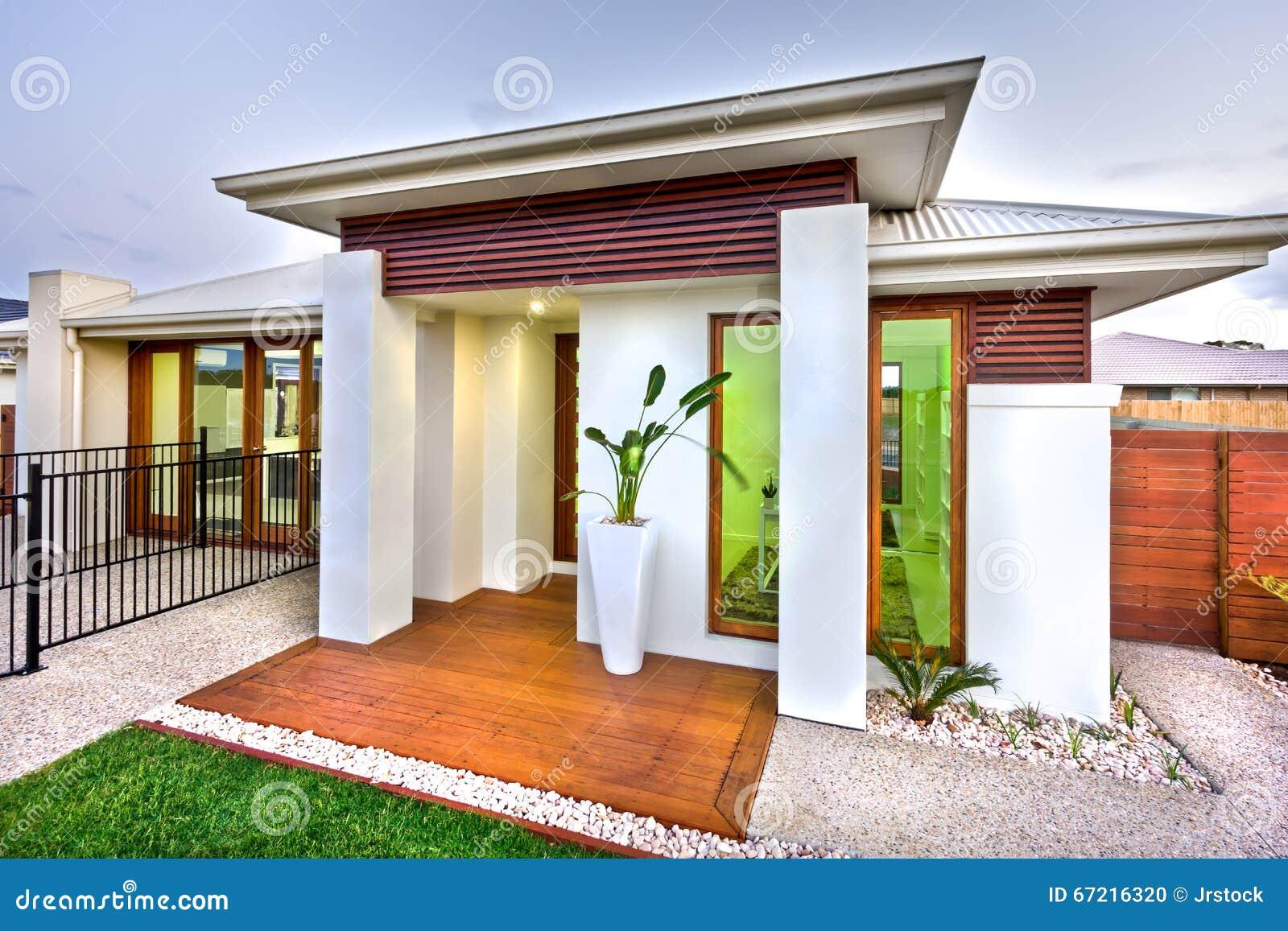 Entrée moderne de maison avec une cour en bois et concrète avec ...