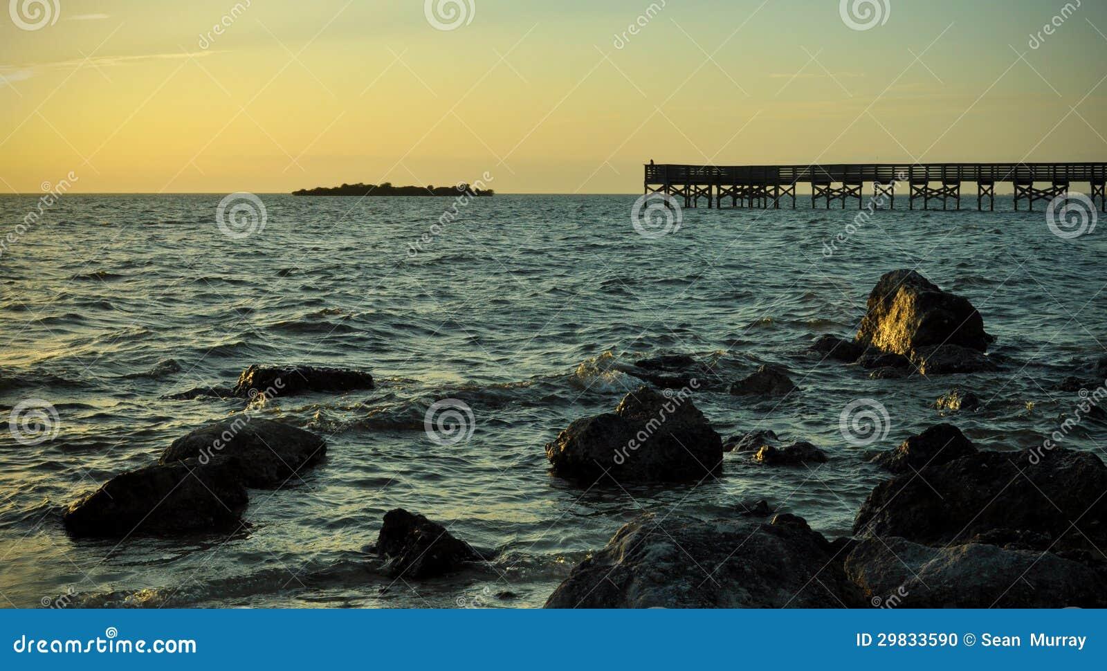 Doca perto de uma praia rochosa