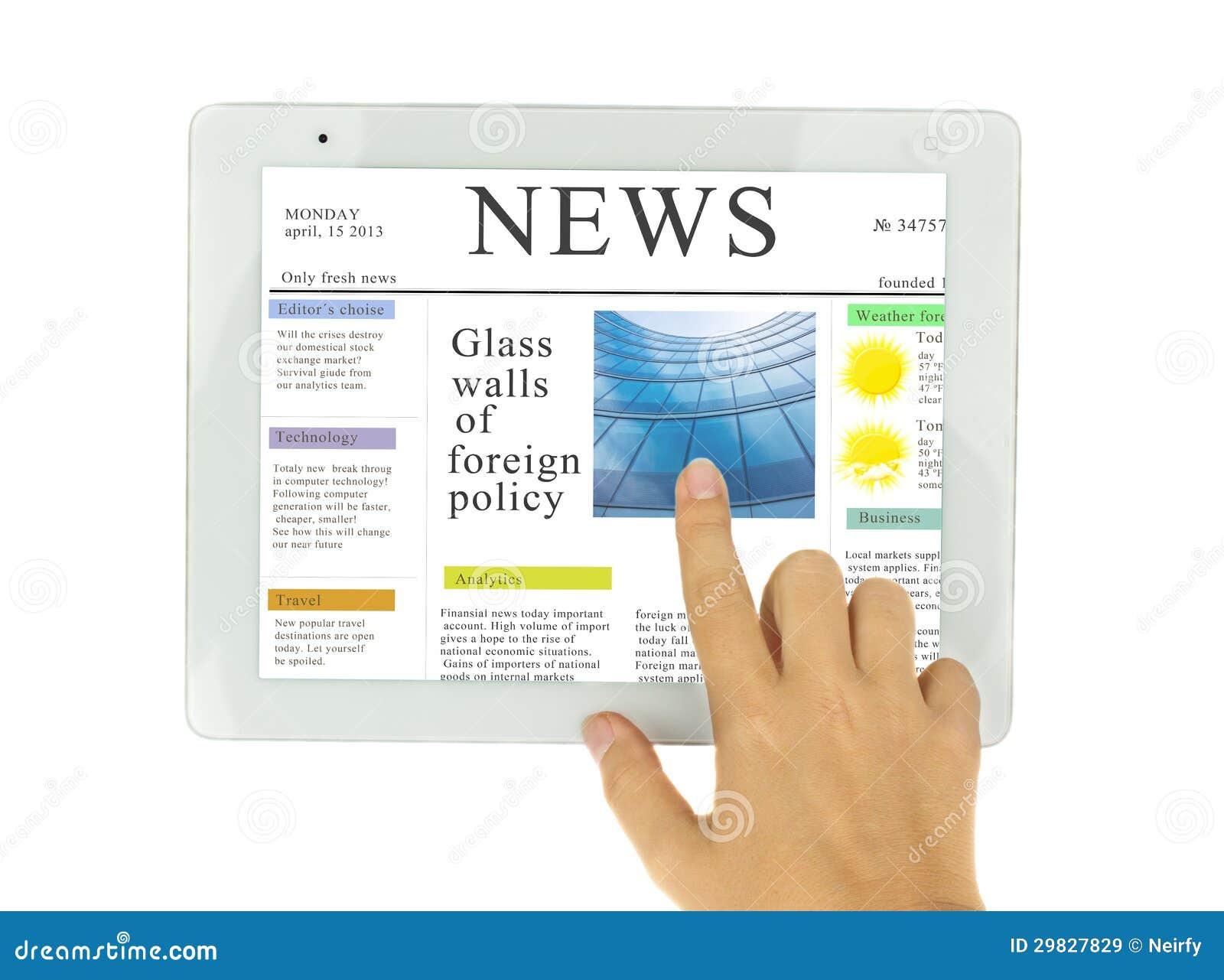 Mãos que apontam na notícia no PC moderno da tabuleta