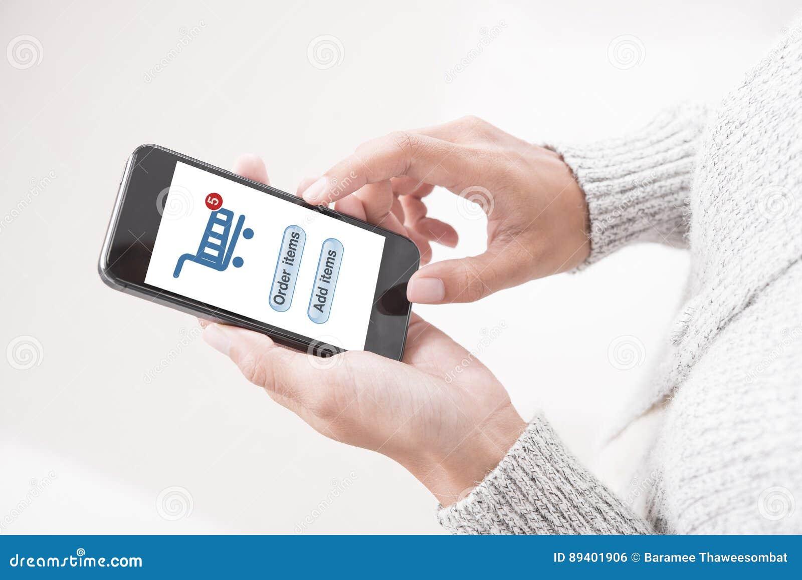Entregue compra em linha tocante no comércio eletrônico móvel da aplicação