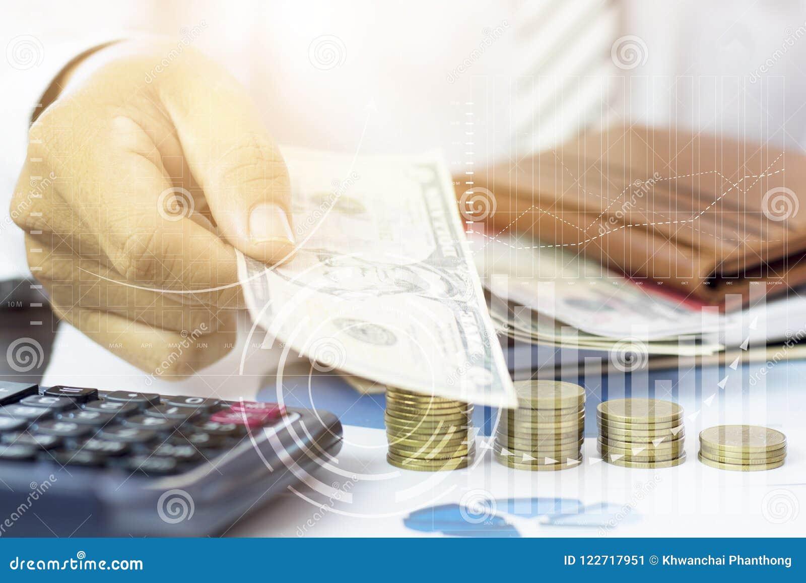 Entregue guardar a cédula com empilhado das moedas e do gráfico do noivo sobre
