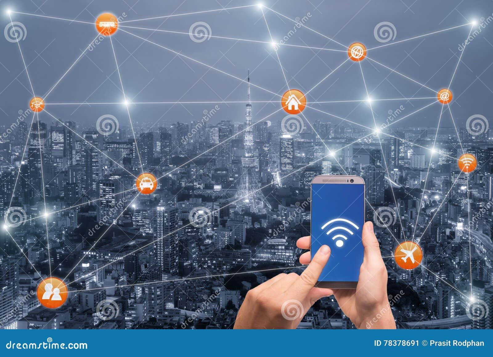 Entregue guardar o smartphone com scape da cidade do Tóquio e rede do wifi
