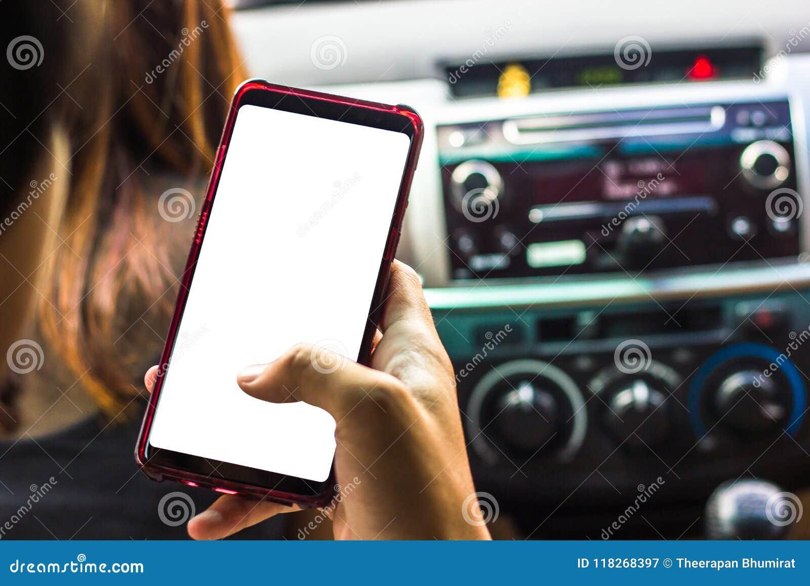 Entregue guardar o smartphone com a tela branca no carro para a zombaria acima