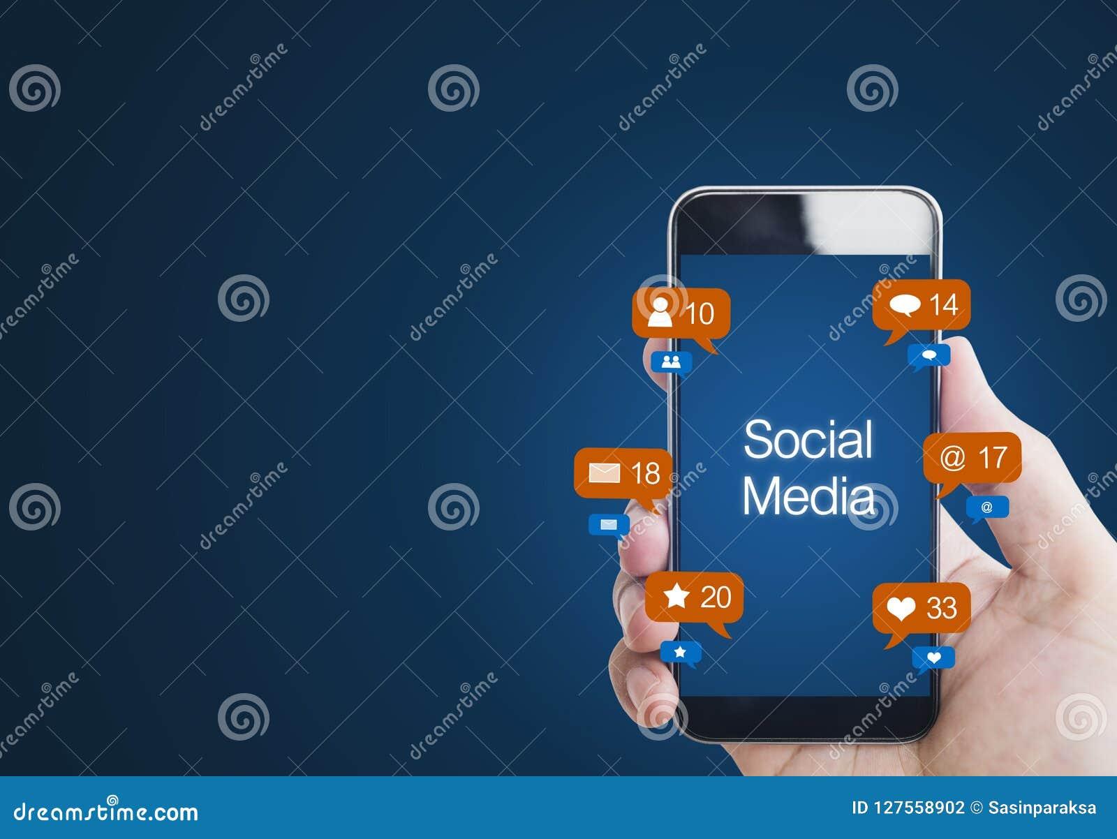 Entregue guardar o telefone esperto móvel, com ícone da notificação Meios sociais no telefone celular