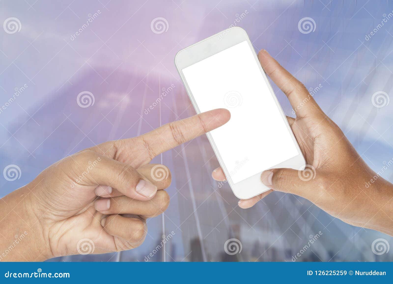 Entregue guardar o telefone esperto moderno com movimento borrado sumário da construção de vidro moderna