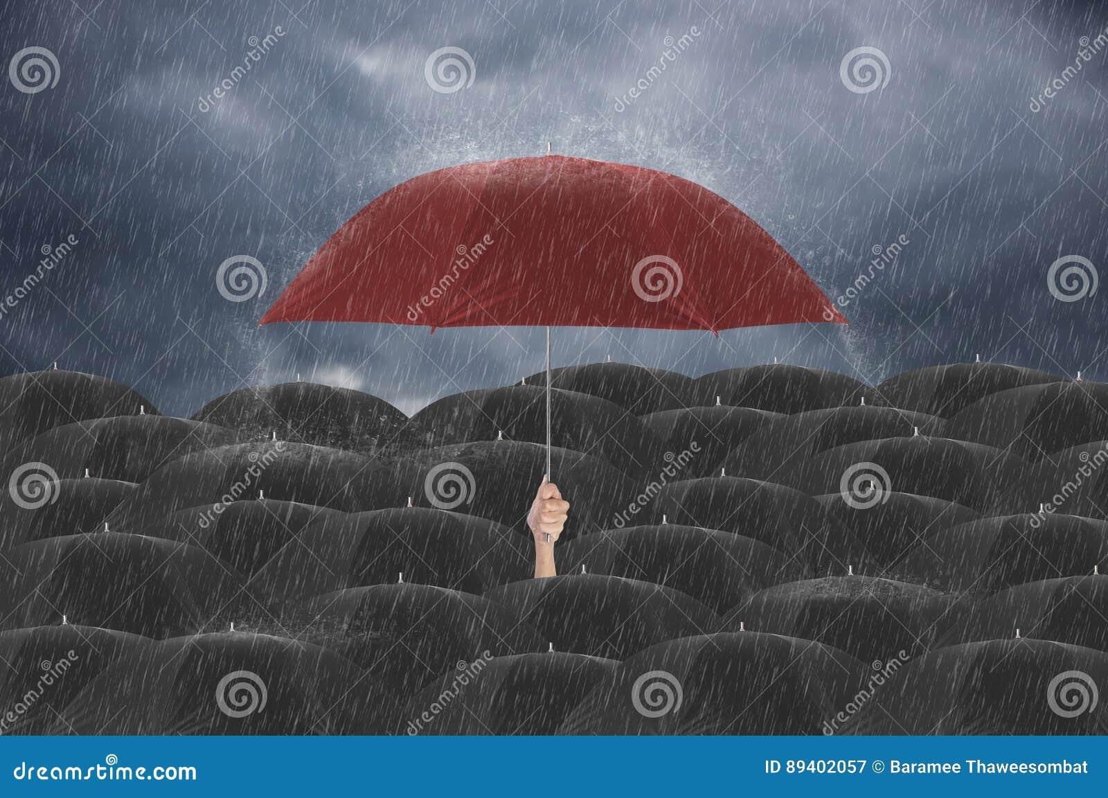 Entregue manter o guarda-chuva vermelho diferente entre o guarda-chuva preto