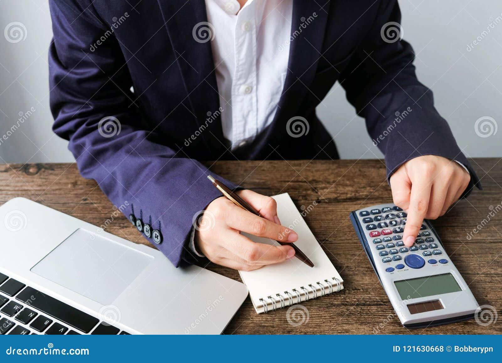 Entregue o homem que faz finanças e calcule-o na mesa sobre o custo em casa