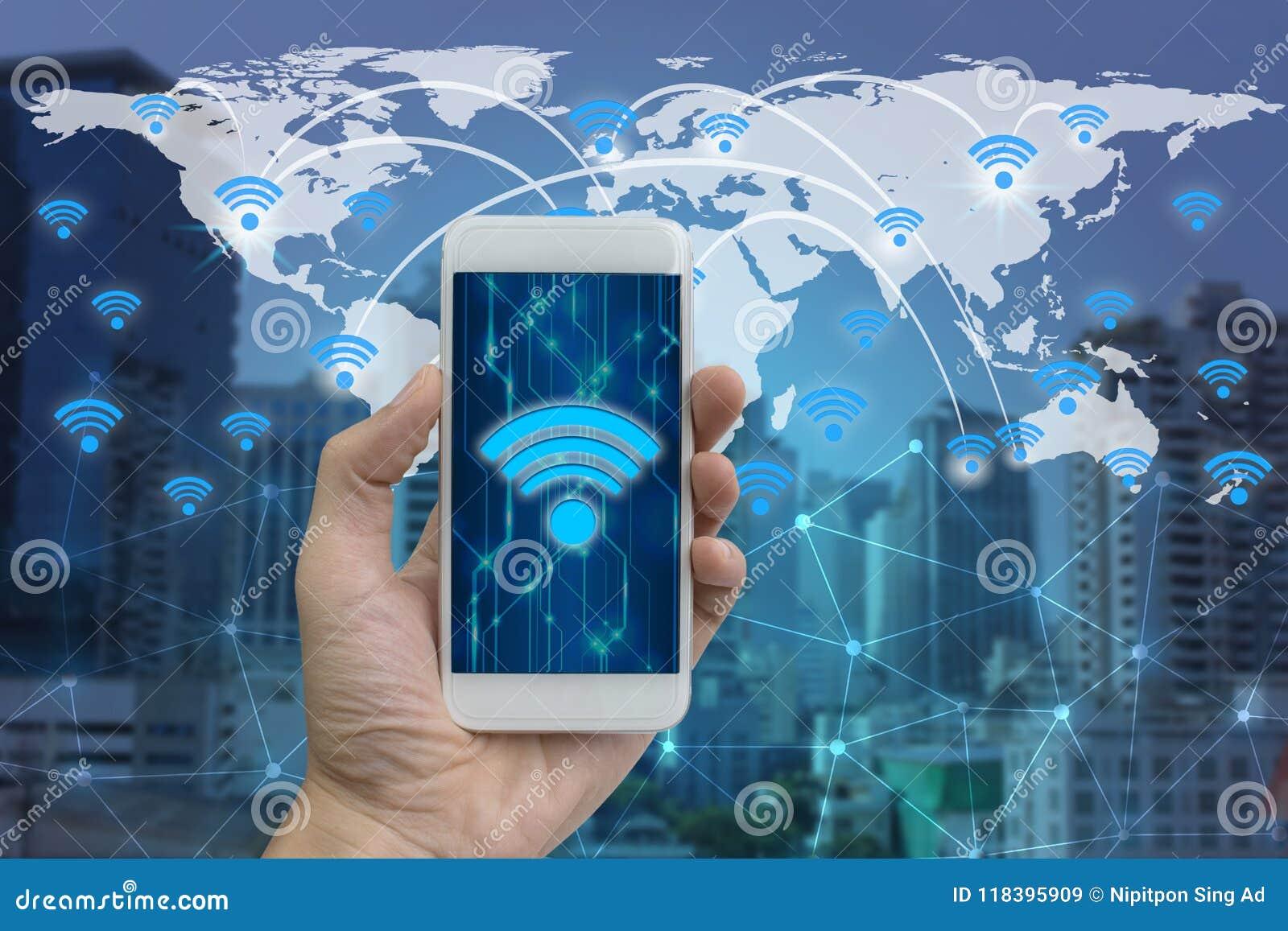 Entregue o smartphone do uso com conexão e rede dos ícones do wifi