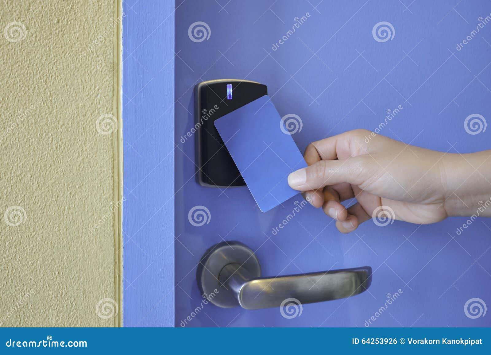 Entregue a posse o cartão chave no fechamento de almofada da chave do controle de acesso