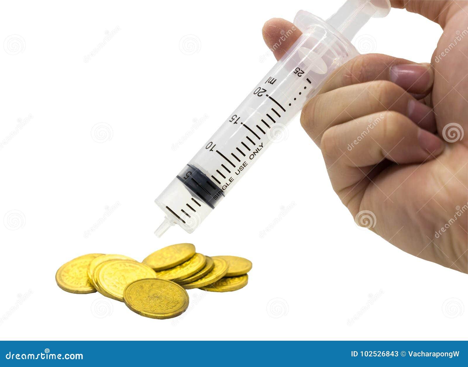 Entregue a seringa da injeção e a pilha de moedas no dinheiro c do custo do orçamento