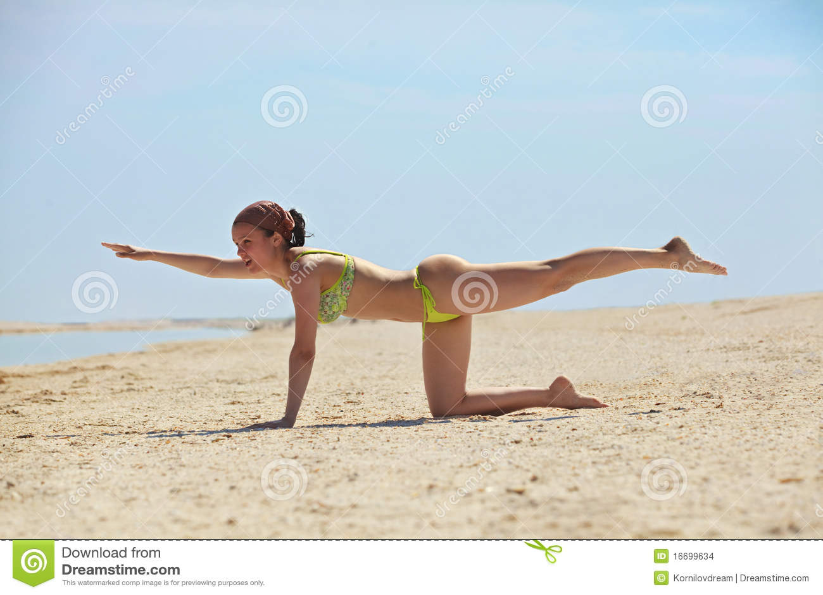 Entrenamiento de la chica joven en la playa