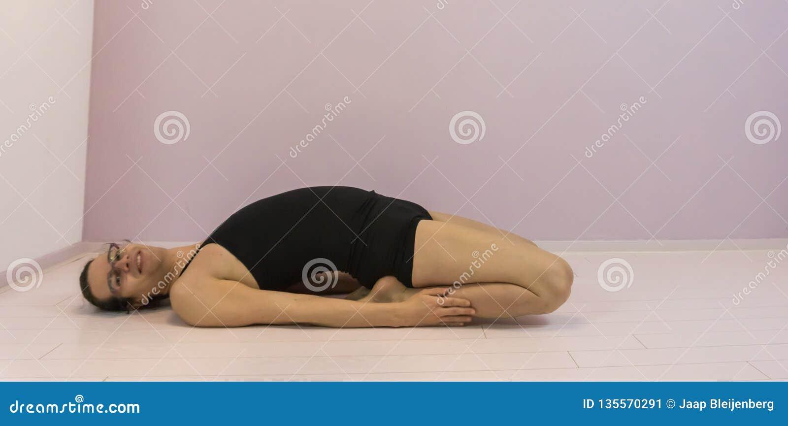Entrenamiento de la flexibilidad, estirando el cuadriceps en las piernas superiores, elaboración de la muchacha del transexual de
