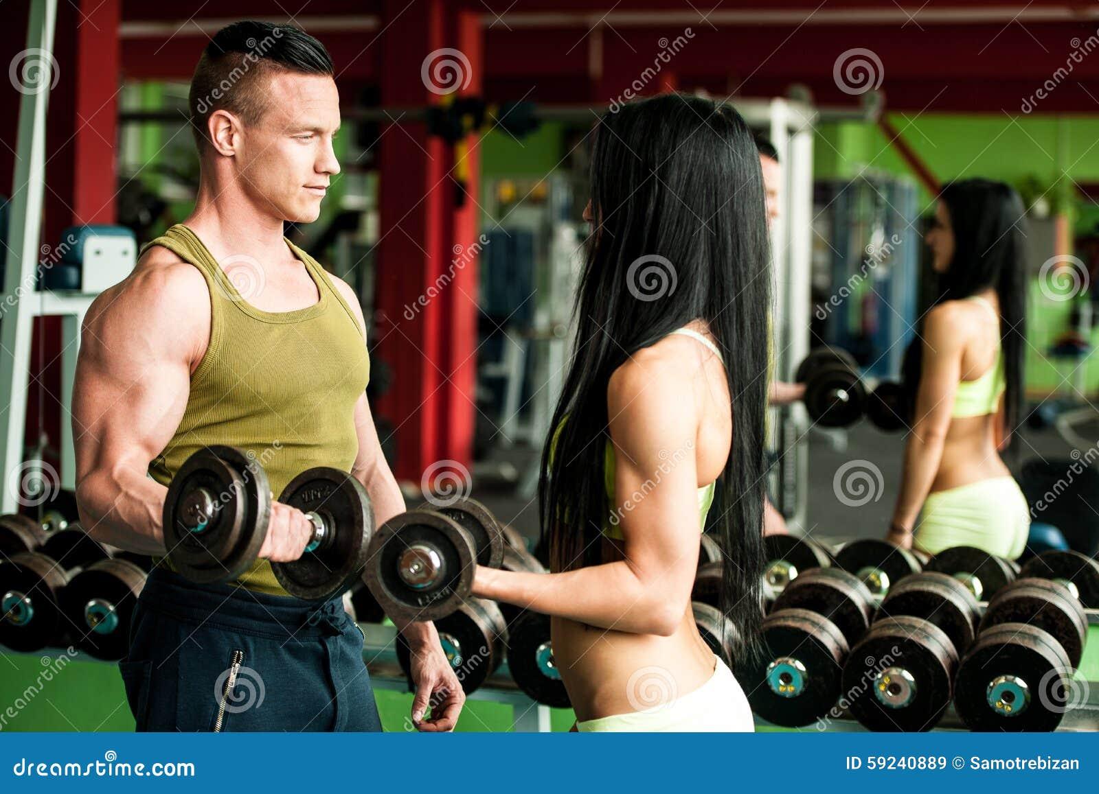 Download Entrenamiento De Los Pares De La Aptitud - Mann Y La Mujer Aptos Entrenan En Gimnasio Imagen de archivo - Imagen de atlético, personal: 59240889