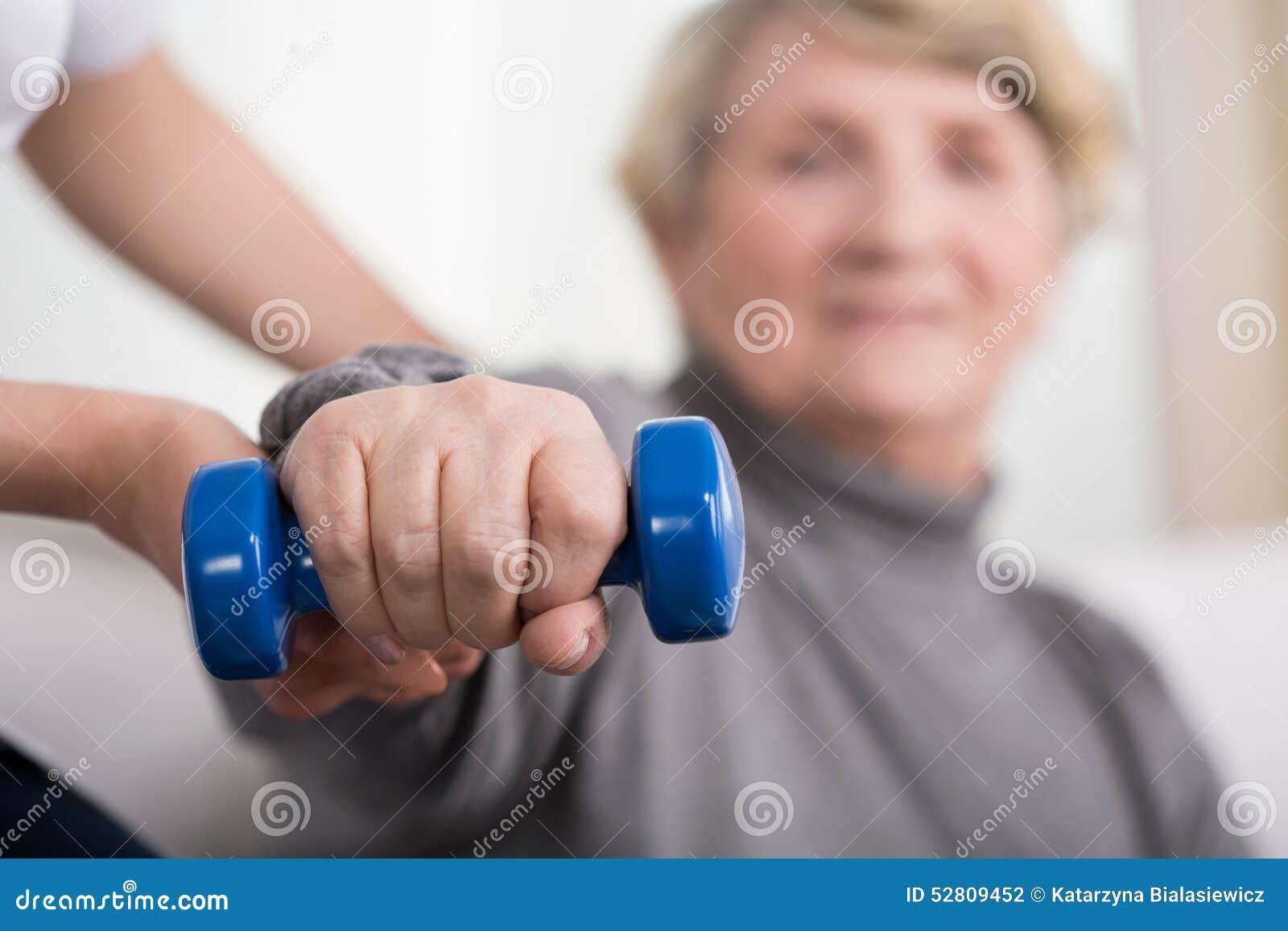 Entrenamiento de una más vieja mujer con el fisioterapeuta