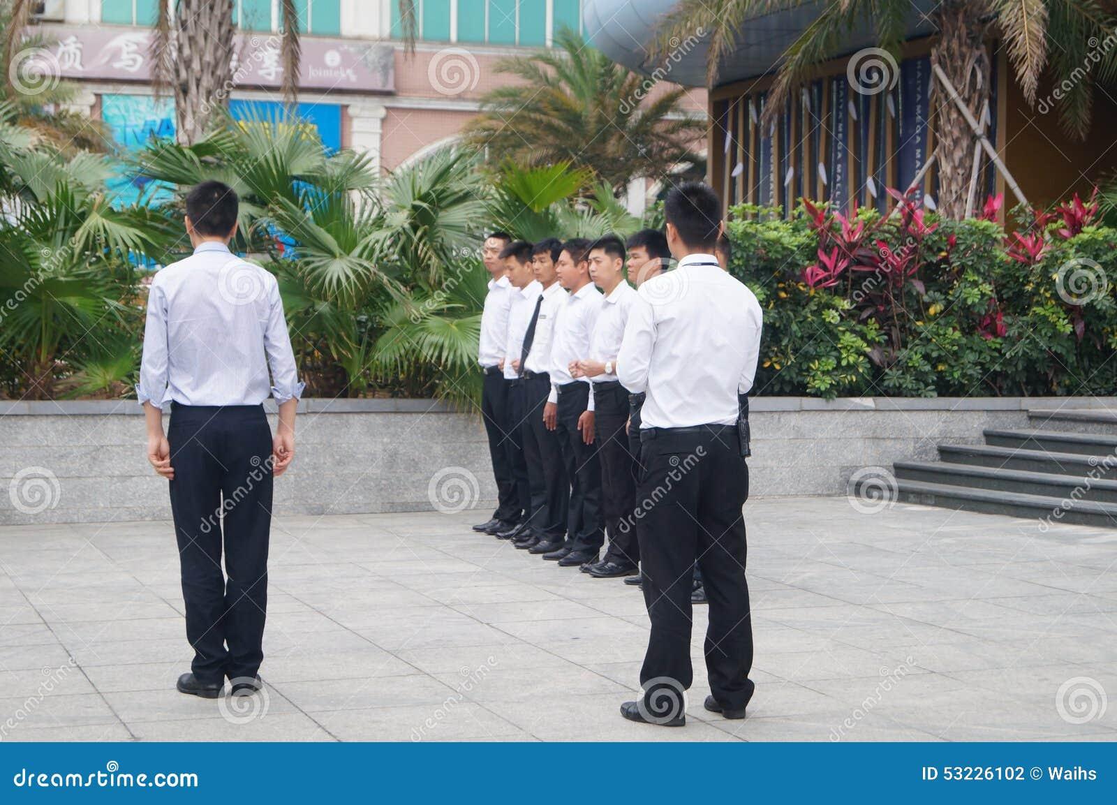 Entrenamiento del agente de seguridad de la compañía en la formación