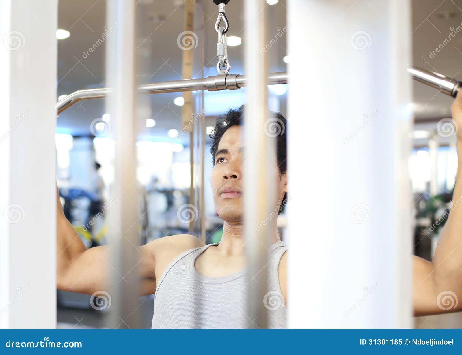Entrenamiento del gimnasio del hombre for Entrenamiento gimnasio