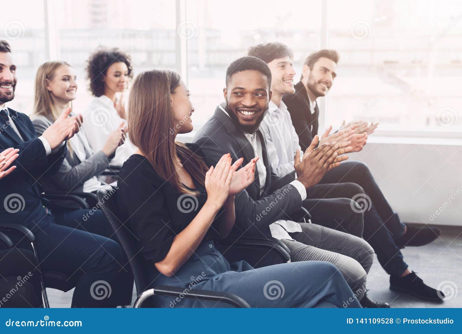 Entrenamiento del negocio Colegas que aplauden las manos en el seminario