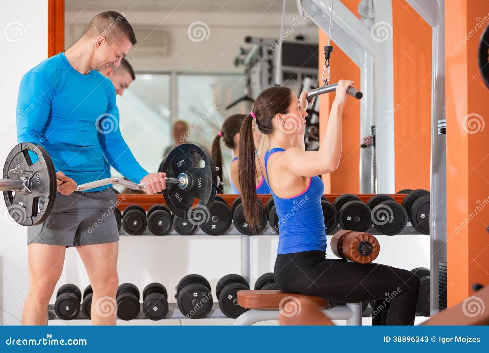 Entrenamiento del peso en el gimnasio foto de archivo for Entrenamiento gimnasio
