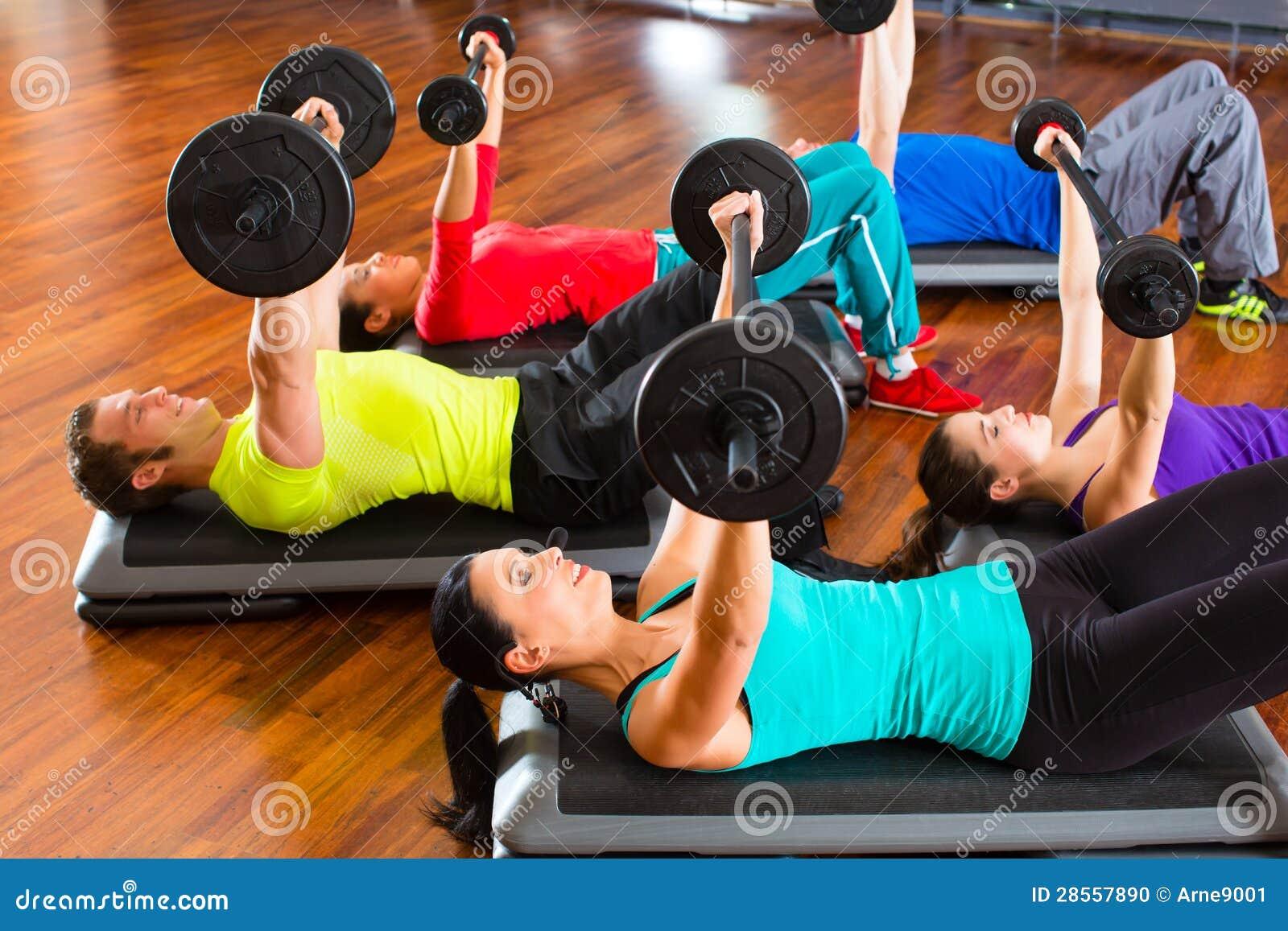 Entrenamiento del peso en el gimnasio con pesas de for Entrenamiento gimnasio