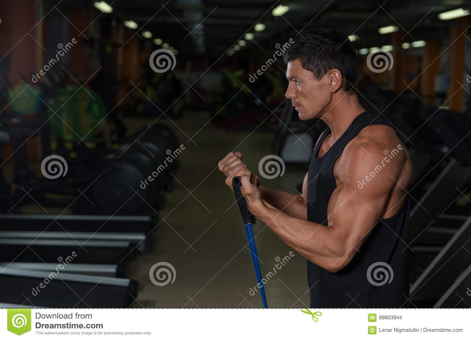 Entrenamiento muscular del atleta en club de fitness