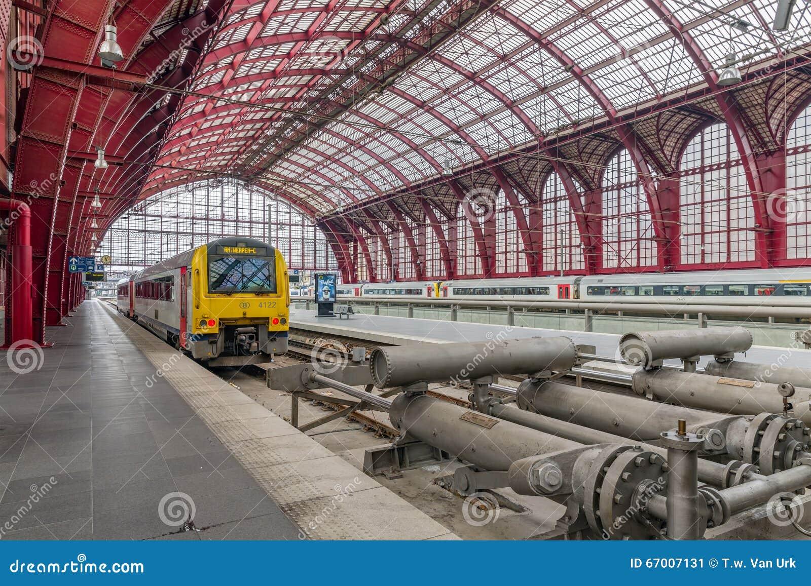 Entrene a listo para la salida en la estación central de Amberes, Bélgica