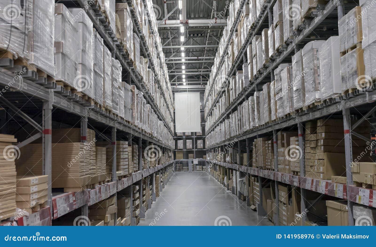 Entrepôt avec des boîtes sur des étagères et des supports