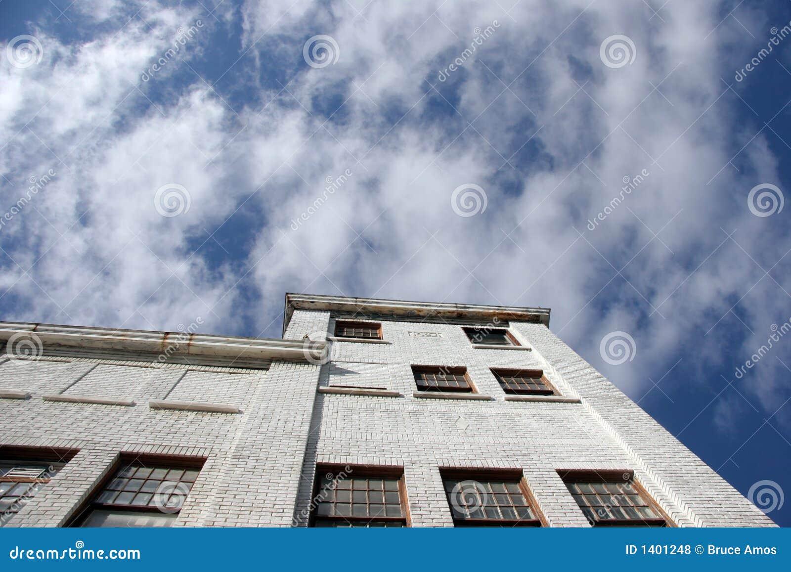 Entrepôt et ciel