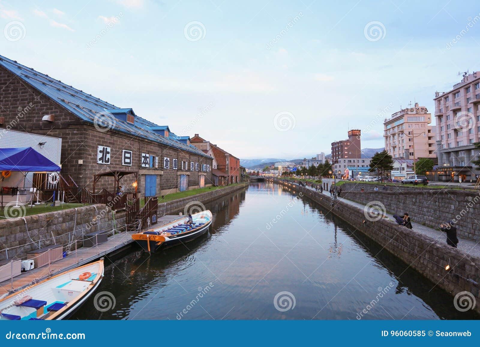 Entrepôts le long du canal célèbre à Otaru