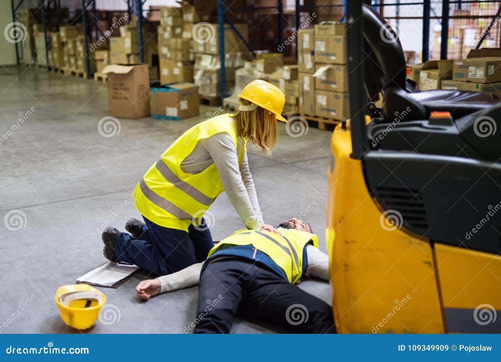 Entreposez les travailleurs après un accident dans un entrepôt