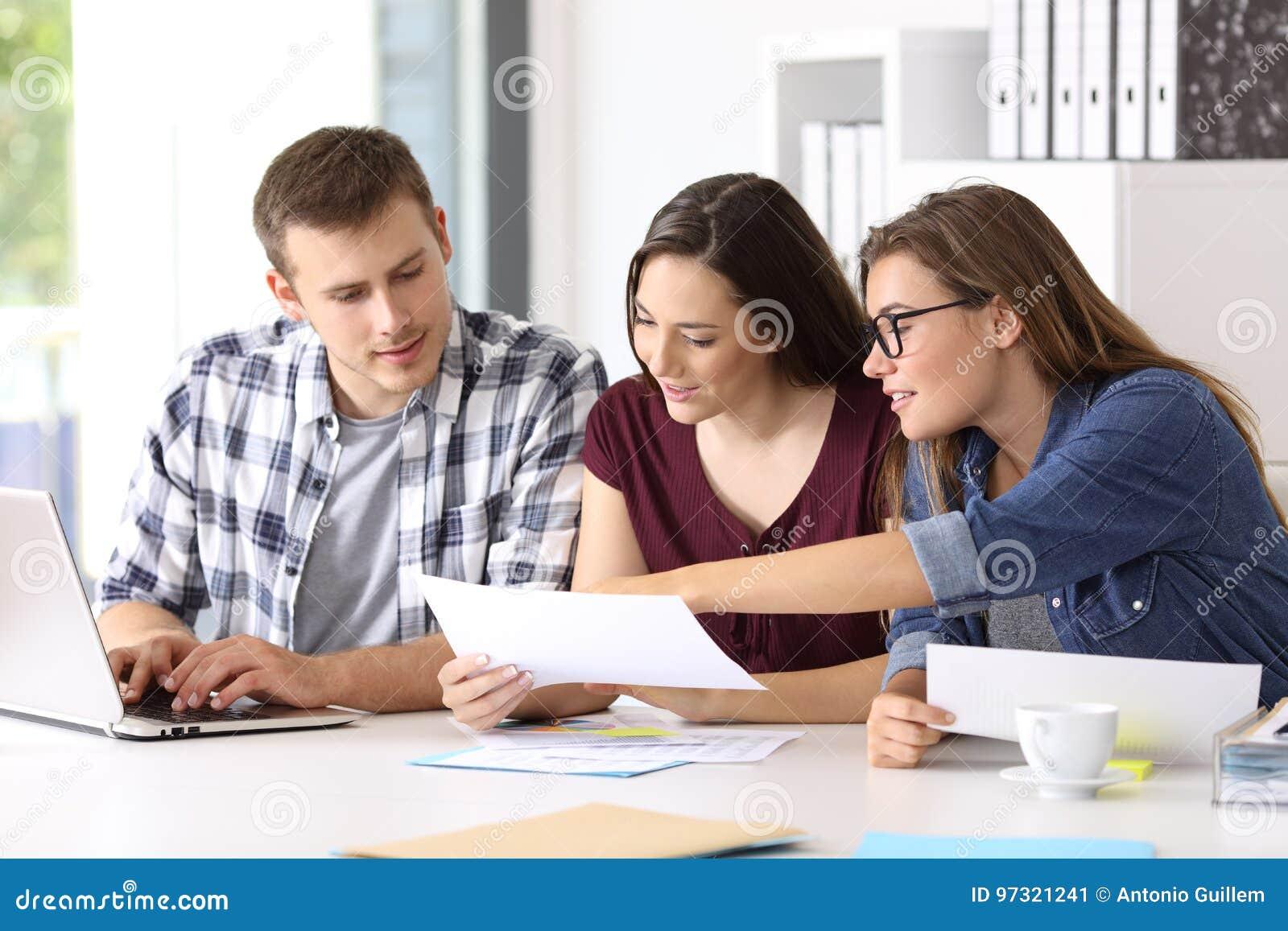 Entreprenörer som analyserar en rapport på kontoret