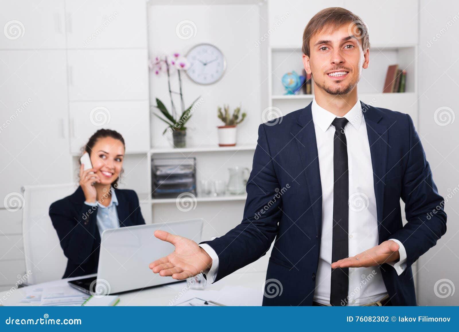 Entrepreneur de sourire le jour ouvrable