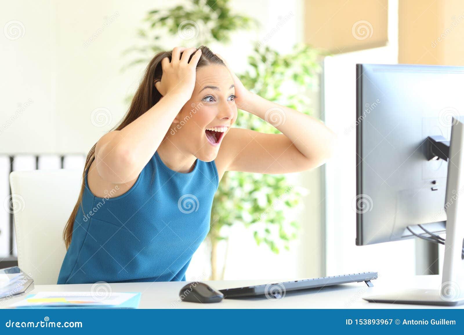 Entrepreneur enthousiaste vérifiant le contenu d ordinateur