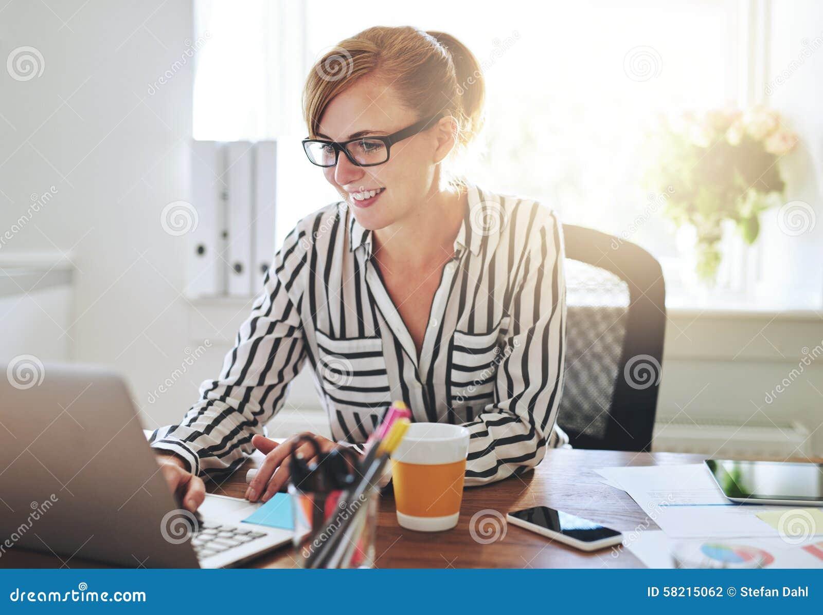 Entrepreneur féminin réussi avec des affaires nouvelles